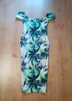Крутое платье футляр с открытыми плечами в тропический принт.