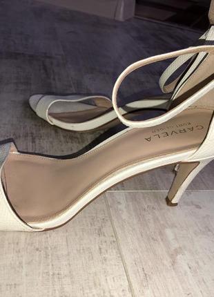 Женские босоножки на каблуке