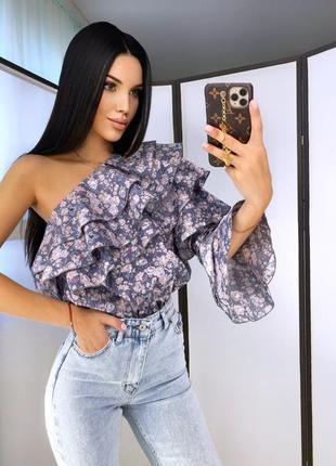 Блуза с рюшами на одно плечо
