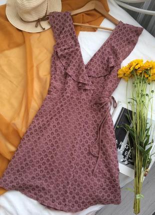 Красивое кружевное платье на запах с воланами