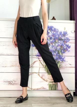 Чёрные брюки с защипами