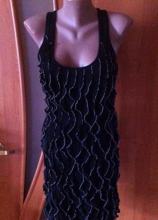 Красивое черное короткое платье с рюшами