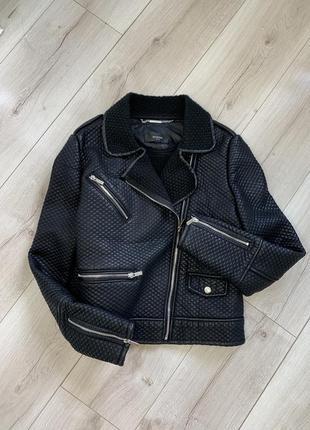 Чёрная короткая куртка косуха mango