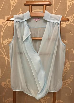Очень красивая и стильная брендовая блузка светло-голубого цвета.