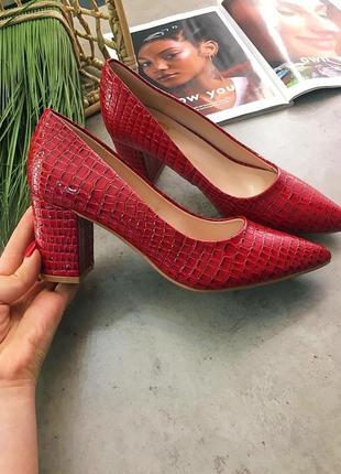 Бордовые туфли лодочки на широком каблуке. бордовые туфли рептилия острый носок. 36-40
