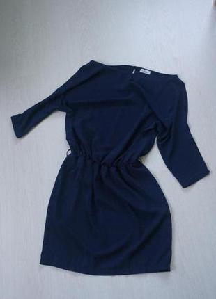 Темно-синее платье.