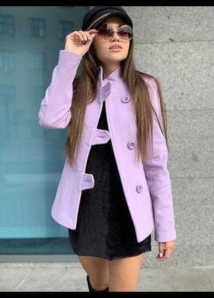 Приталенное пальто пиджак лавандового цвета с воротником стойка