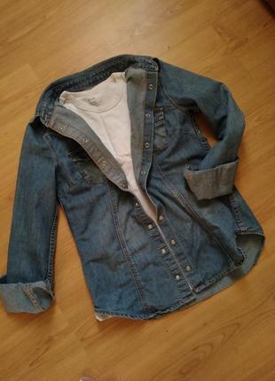 Крутая джинсовая рубашка на кнопках