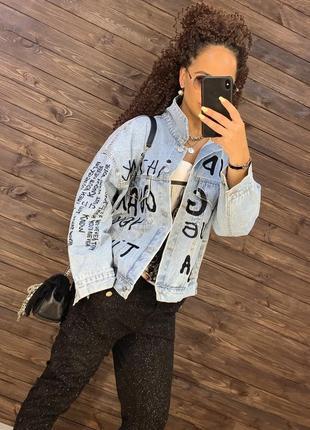 Голубая джинсовая куртка с надписями