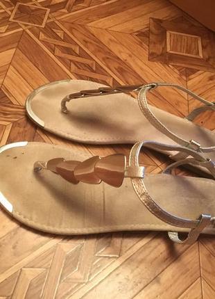 Серебрянные сандалии босоножки на ремешке с металическими вставками
