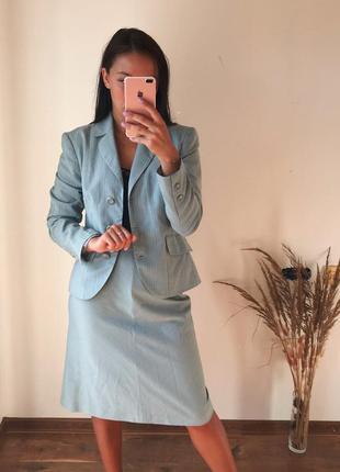 Голубой костюм с юбкой