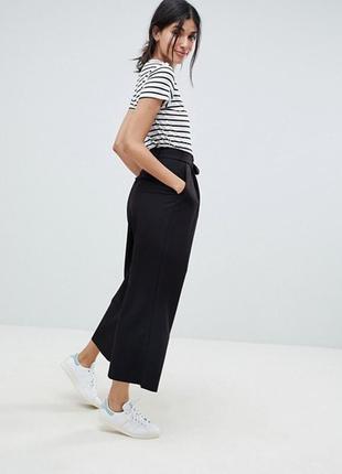 Черные брюки кюлоты с карманами