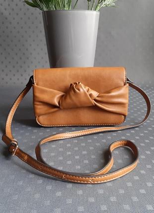Красивая коричневая сумка на длинном ремешке фирмы c&a