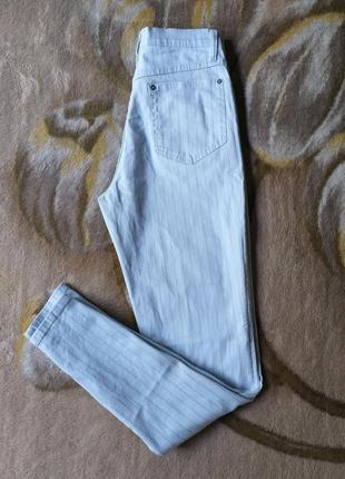 Джинсы в полоску. брюки в полоску. высокая посадка. голубые джинсы. стрейчевые джинсы.