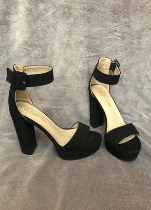 Чёрные босоножки на каблуке 35 размер