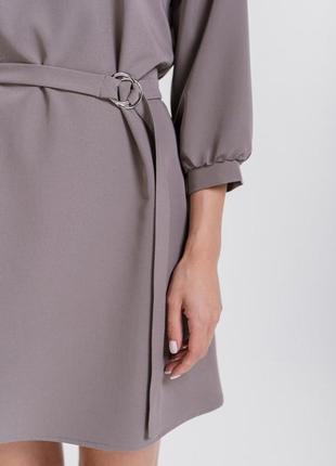 Базовое короткое платье с рукавами 3/4 и поясом в тон кофейное