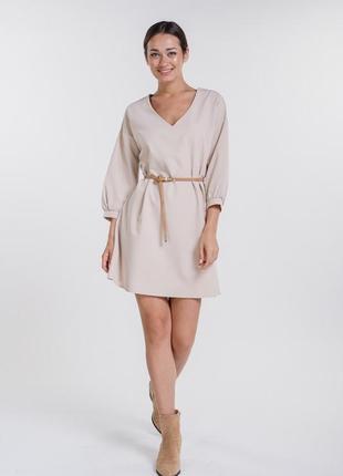 Базовое короткое платье с рукавами 3/4 и поясом в тон светло-бежевое