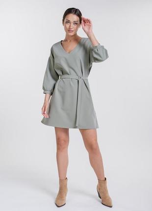 Базовое короткое платье цвета светлый хаки с рукавами 3/4 и поясом в тон