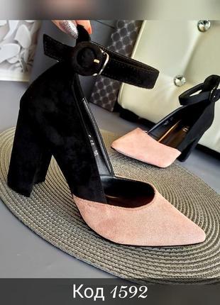 Новинка стильные туфли на каблуке с пряжкой пудра и черный