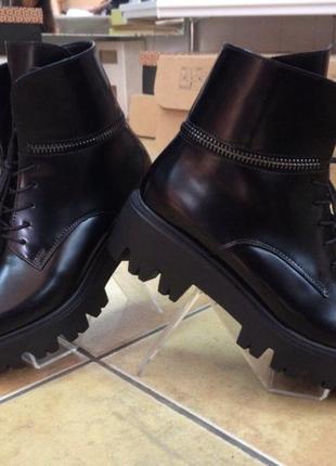 Осенние черные ботинки на шнурках