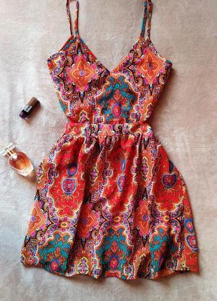 Красивое платье сарафан на тонких бретельках с вырезами на талии оголенная спина