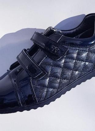 Туфли на липучках.