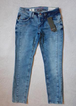 Укороченные джинсы . капри