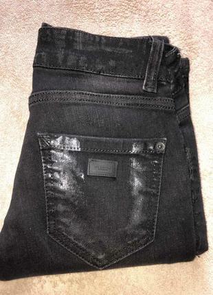 Стильные джинсы скинни на стройную фигуру