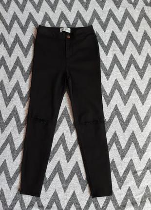 Бомбезные фирменные  джинсики скиннис разрезами на коленках