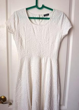 Белое весеннее платье рельефное