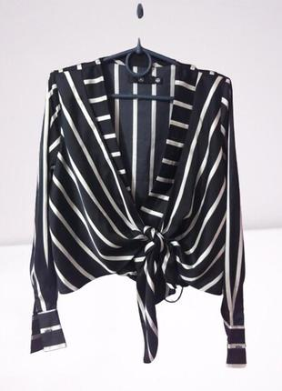 Укорочённая блузка на запах в полоску