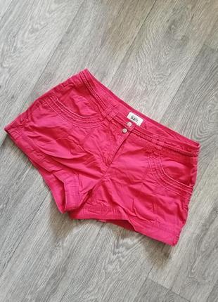 Короткие шорты, яркие летние шорты