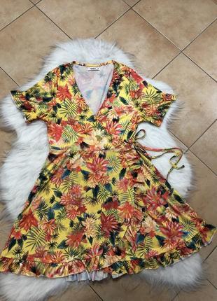 Плаття на запах  в тропічний принт