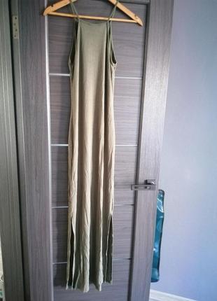 Длинное платье, ластиковое, спортивное платье, с разрезами по бокам.