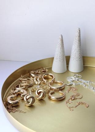 Сережки в золотистом цвете. женские серьги. тренд 2020 года