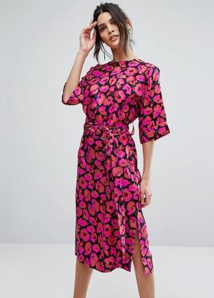 Красивое платье в цветочный принт с разрезами шелк
