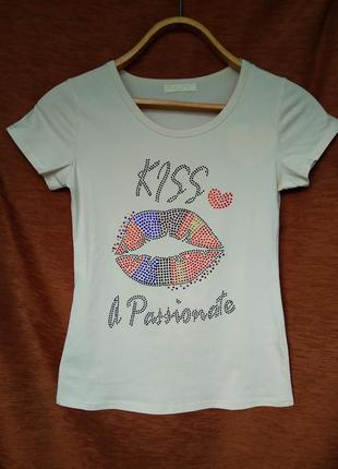 Женская стрейчивая футболка со стразами