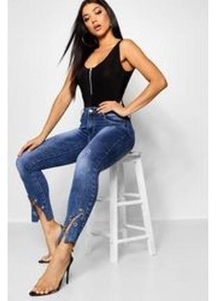 Boohoo. товар из англии. пафосные джинсы с цепями. на наш размер 42.