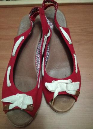 Туфлі, босоніжки