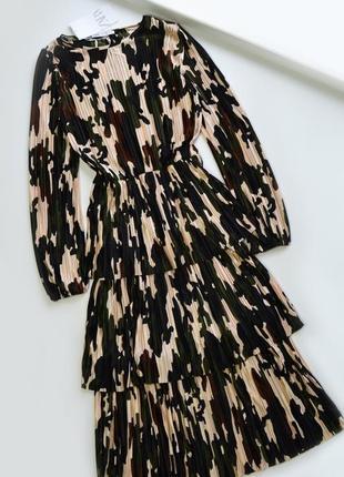 Нежное платье плиссе в принт от zara