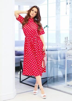 Стильное красное в горошек платье с открытой спиной