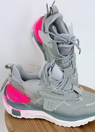 Серые крутые кроссовки