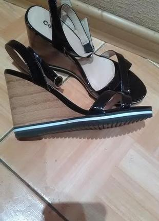 Стильные черные сандали устойчивом на каблуке centro