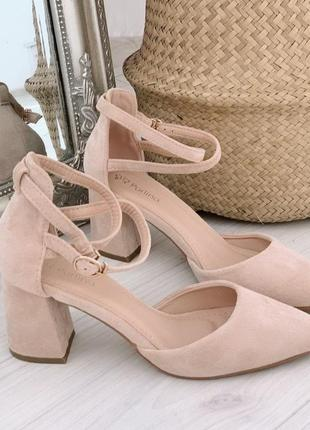 Туфли бежевого цвета.