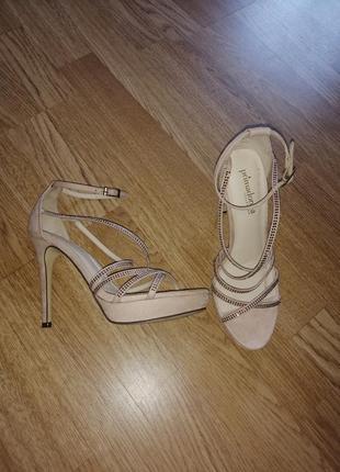 Босоножки нарядные с камнями туфли