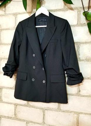 Двубортный стильный пиджак в мелкую полоску
