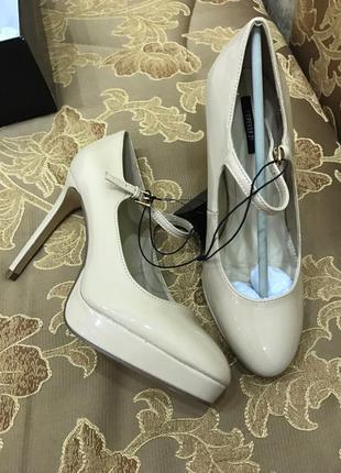 Бежевые туфли на каблуке forever21