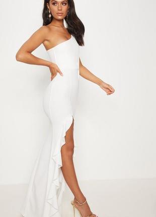 Платье с рюшей в пол prettylittlething
