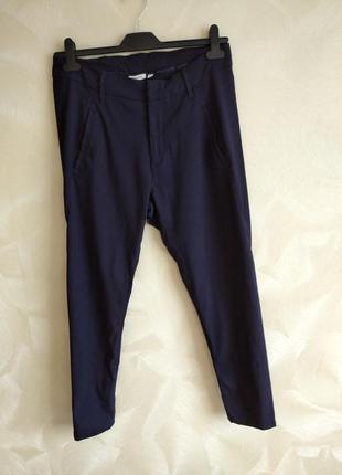 Актуальные зауженные темно-синее брюки сигаретки дудочки kappahl