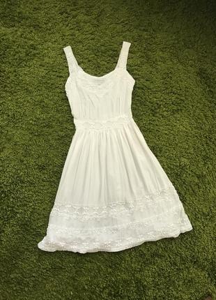 Белое платье на бретелях натуральный состав по талии до колен білосніжна сукня